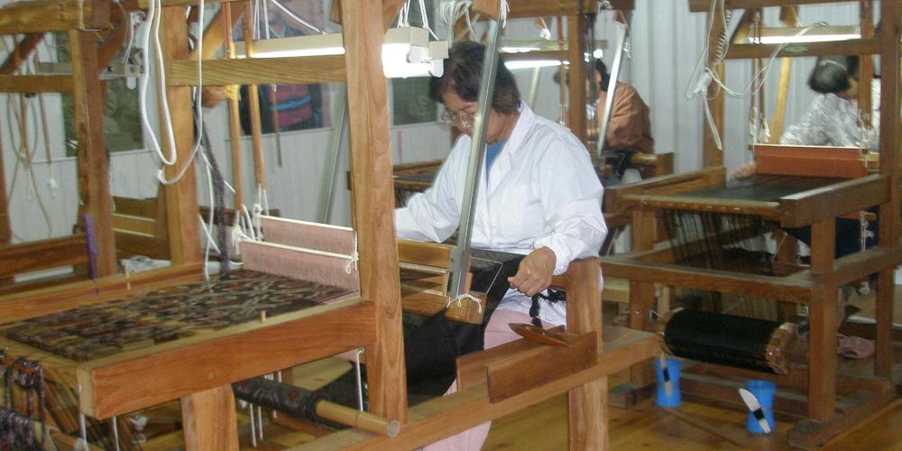 本場奄美大島紬を織っている織り子さん